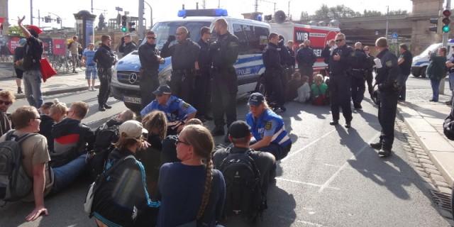500 Demonstranten protestieren gegen NPD Kundgebung vor