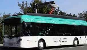 Elektrobus beim Aufladen
