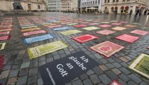 Gebetsteppiche gegen Pegida
