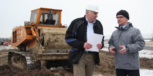 Peter Wiegers (li), Projektleiter für den Neubau der B.Braun-Dialysatorenfabrik, und Andreas Clausnitzer, Erster Beigeordneter der Stadt Wilsdruff, sehen sich die Baustelle an. Foto: PR