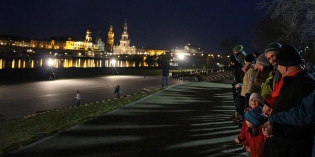 Um 18 Uhr reihten sich knapp 13.000 Leute in die Menschenkette ein. Foto: Sebastian Burkhardt