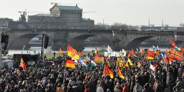 Bis zu 8000 Pegida-Anhänger versammelten sich am Sonnabendnachmittag am Königsufer. Foto: S. Burghardt