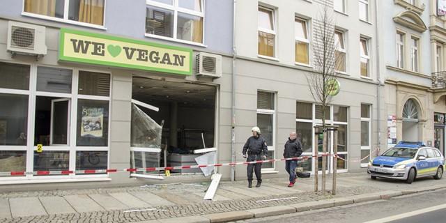 Zu einer Explosion kam es am Montagabend im veganen Supermarkt in der Neustadt. Die Polizei vermutet Brandstiftung. Foto: M. Arndt