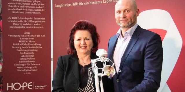Viola Klein, die Initiatorin der Hope-Gala, mit Roland Hess, der mit der Ersteigerung des handsignierten Hope-Awards nochmal den Spendentopf füllte. Foto: Mutschke