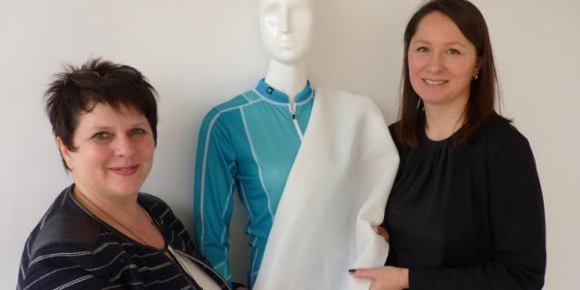 80 Prozent UV-Schutz: Steffi Barth (l.), Geschäftsführerin der Biehler Sportswear in Limbach-Oberfrohna, und Modedesign-Professorin Katerina Machova zeigen ein Stoffmuster sowie ein fertiges Outfit. Fotos: Medienkontor/F. Märtig
